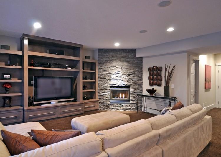 Угловой камин в гостиной - облицовка природным камнем