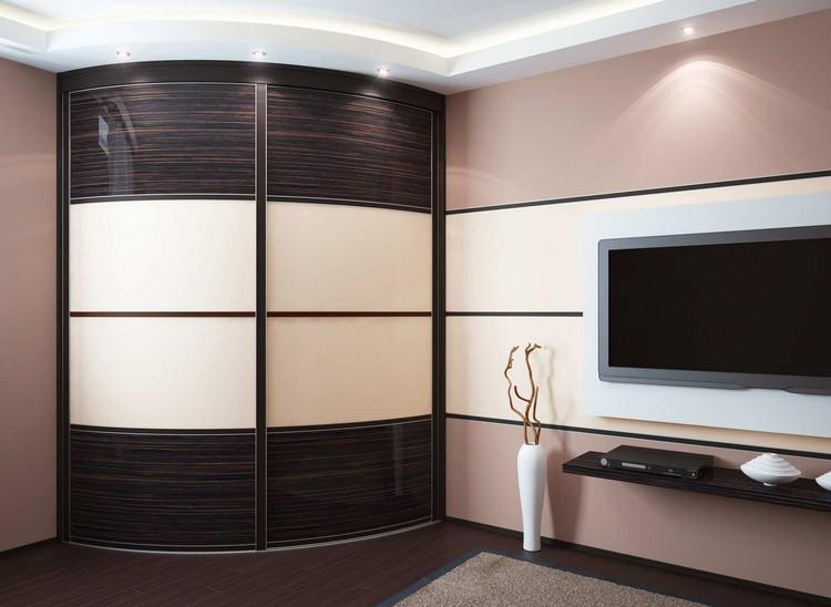 Радиусный шкаф-купе в интерьере гостиной