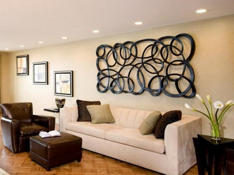 Декор стен в гостиной различными способами