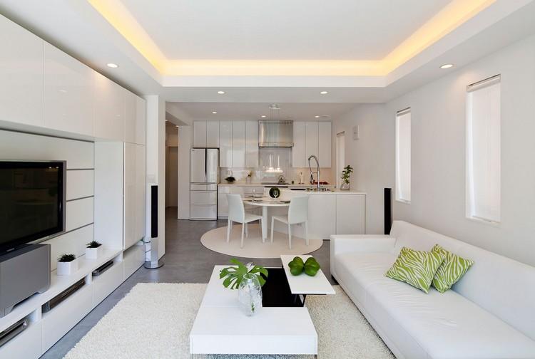 Белая гостиная, совмещенная с кухней