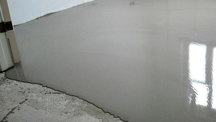 Заливная стяжка перед укладкой ламината в гостиной