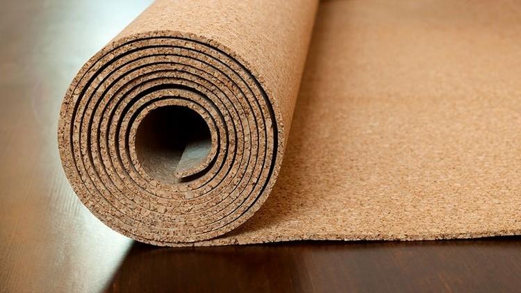 Пробковое покрытие для подложки под ламинат в гостиной