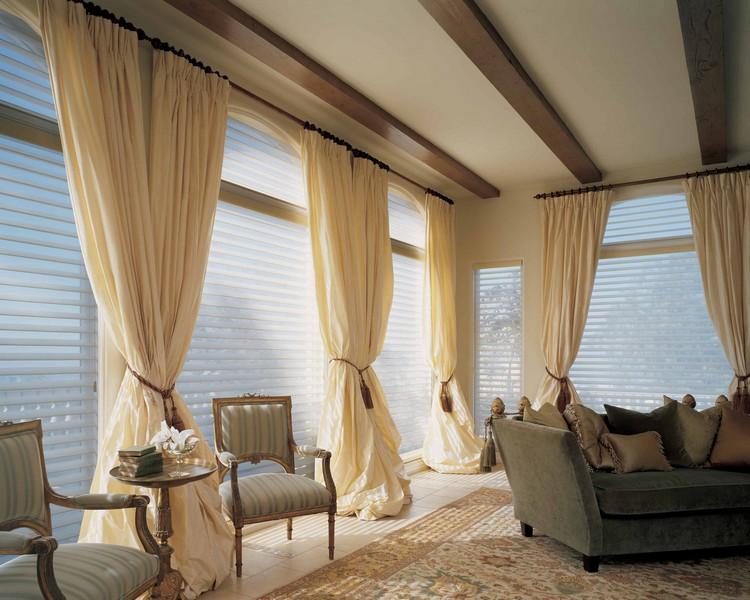 Простые бежевые шторы в гостиную