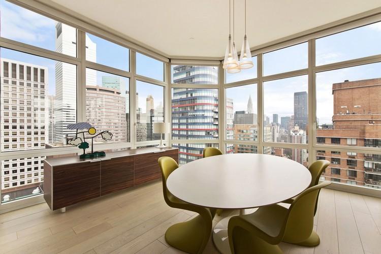овальный и круглый стол в гостиной 55 фото