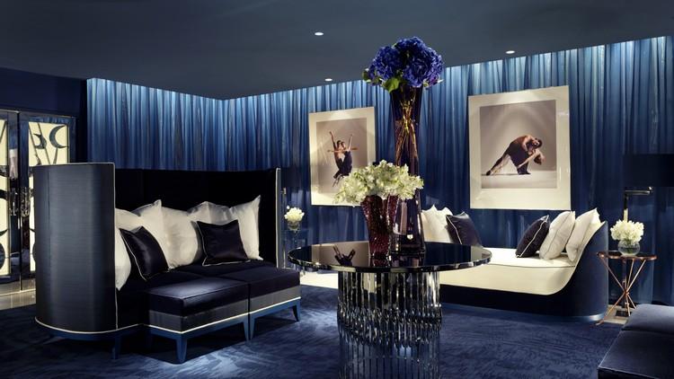 Синий цвет в интерьере гостиной: роскошный и интригующий дизайн зала (45 фото)