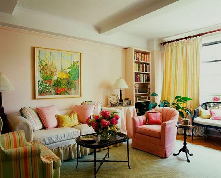 Уютная гостиная с разноцветной мягкой мебелью