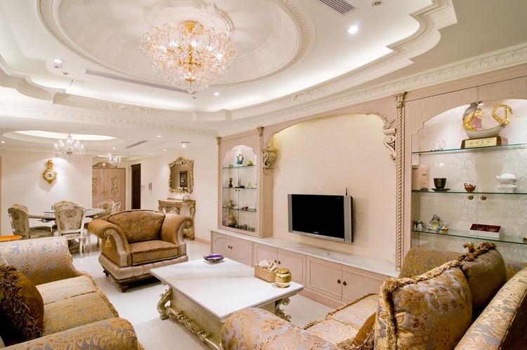 Шикарный потолок с лепниной и светильниками