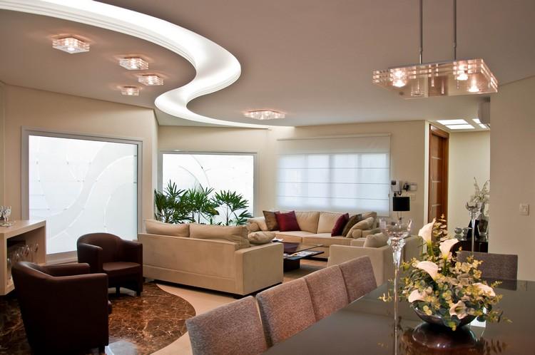 Дизайн потолка гостиной - река из гипсокартона